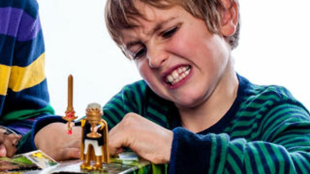 VANSKELIG ÅPNING: Runar strever litt med lukene i Playmobil-kalenderen. Foto: Tore Fjeld