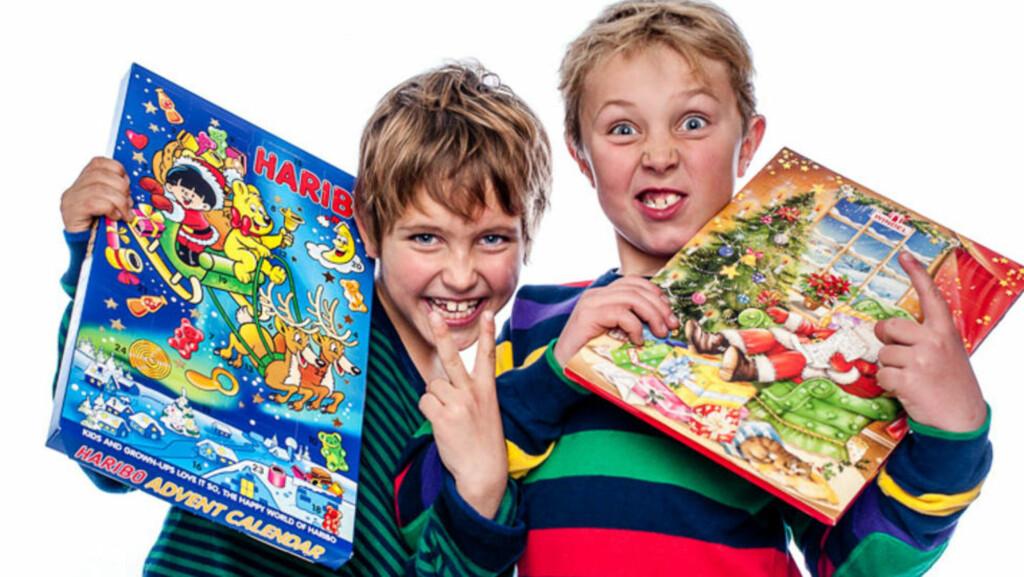 KALENDER-NISSENE: Runar og Steffen liker best kalendere som kan spises. Foto: Tore Fjeld