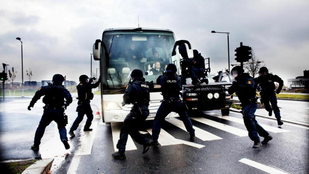 BEVÆPNA: Oslo-politiets beredskapstropp Delta er som oftest bevæpna når de er ute på oppdrag, her fra trening på Fornebu. Politiets Fellesforbund stemte under sitt landsmøte nylig at alle politipatruljer bør bevæpnes på jobb.   Foto: Siv Johanne Seglem / Dagbladet