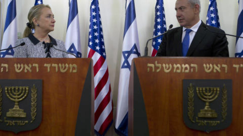 MØTTES: Hillary Clinton møtte Israels statsminister Benjamin Netanyahu i Jerusalem i går. Foto: Baz Ratner / AP / NTB Scanpix