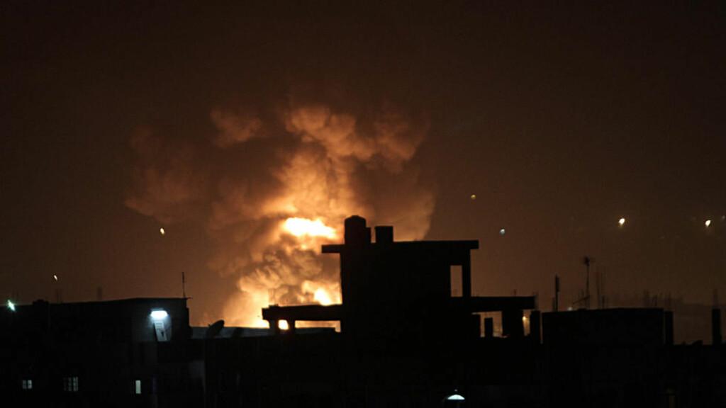 EKSPLOSJON: En brann bryter ut etter et rakettangrep mot en smuglertunnell fra Egypt til Rafah sør på Gaza-stripen i natt. Foto: Said Khatib / AFP / NTB Scanpix