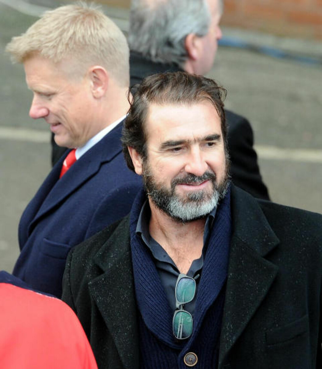 <strong>GAMLE HELTER:</strong> Eric Cantona og Peter Schmeichel var blant de tidligere United-spillerne som kastet glans over dagens avduking. Foto: MARTIN RICKETT / AP / PA / NTB SCANPIX