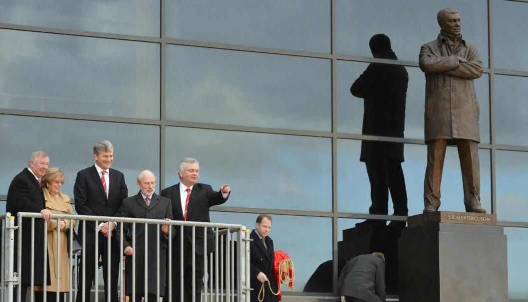 <strong>PÅ SOKKEL:</strong> Alex Ferguson (t.v) og fru Catherin sammen med United-direktør David Gill skulptør Philip Jackson og seremonileder Eamonn Holmes. Foto: NIGEL RODDIS / REUTERS / NTB SCANPIX