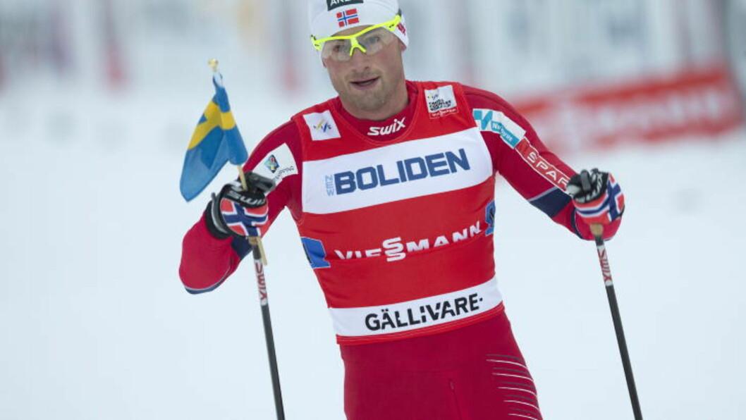 HÅN ELLER HEDER? Petter Northug gikk i hvert fall i mål med svensk flagg i hånda i Gällivare. Foto: Terje Bendiksby / NTB scanpix