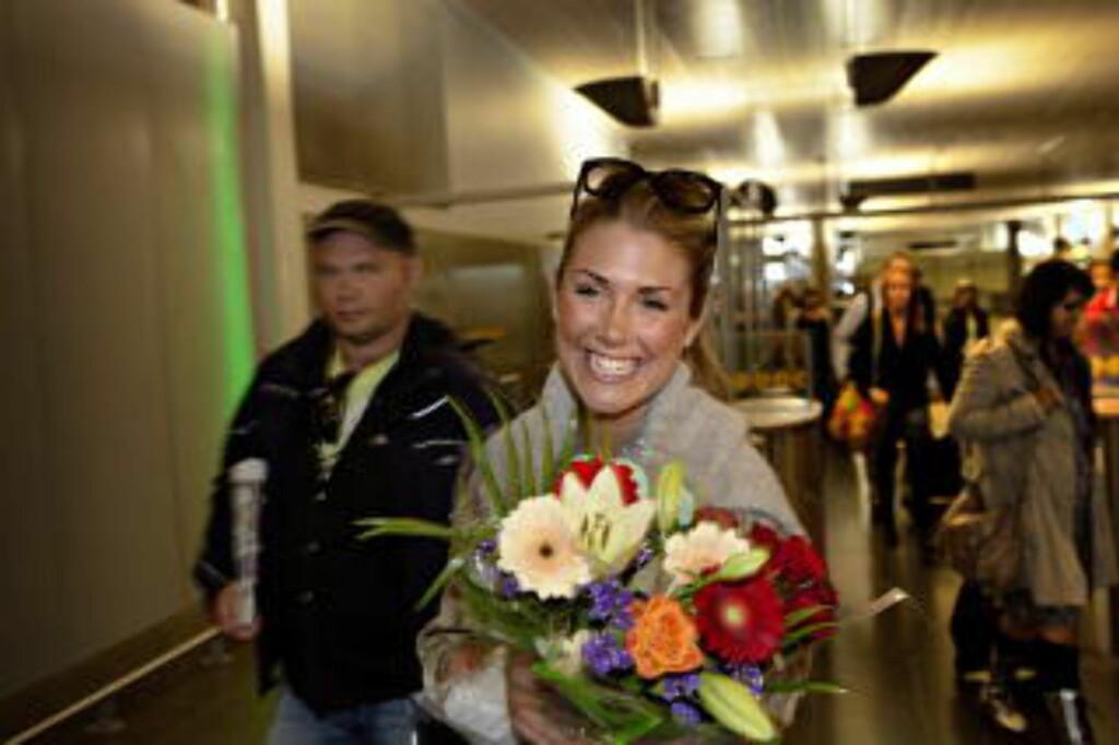 FORLOVET: Tone Damli strålte da hun nyforlovet ankom Gardermoen flyplass i sommer. Også livet som nyforlovet kommer fram i dokumentarserien. Foto: Lars Eivind Bones / Dagbladet