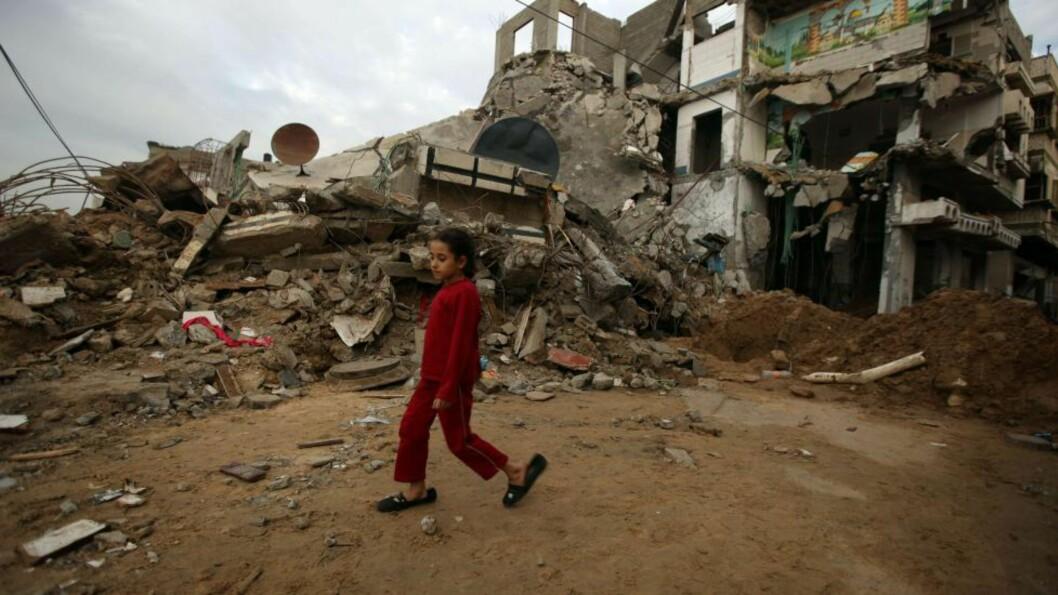 <strong>TOMT:</strong> Ei jente går i restene av et boligkvartal i Gaza by for en uke siden. Men hvor var EU da bombene falt og man forhandlet om fred, spør Carsten Jensen, forfatter av flere reportasjebøker som er kritikerrost over hele verden. Foto: Patrick Baz/AFP/Scanpix