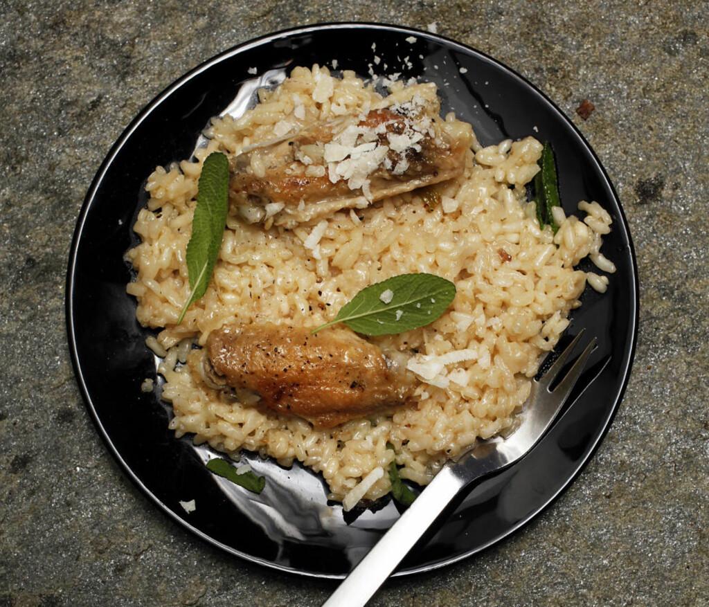 Sterk sak: Kyllingvinger inneholder akkurat nok smak til at de kan produsere god kyllingkraft på kort tid. Her, risotto med kylling og salvie.