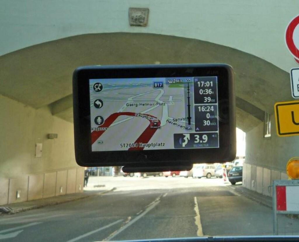 FEIL: Har du plasserte GPS-en slik, vil du garantert få oppmerksomhet fra UP. Foto: NAF