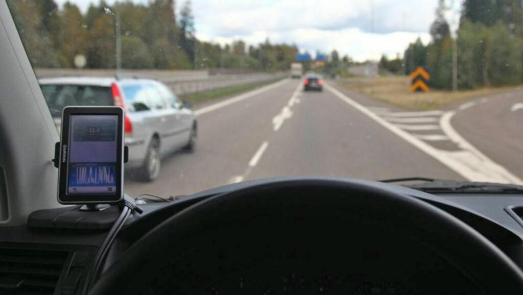 RIKTIG: Har du plassert GPS-en slik (til venstre), vil du ikke få oppmerksomhet fra Utrykningspolitiet. Foto: Terje Haugen