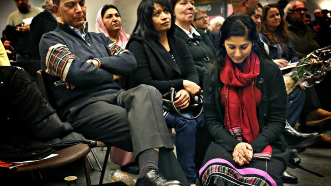 <strong>TAPTE:</strong> Her er Akhtar Chadhry sammen med kona og datteren etter tapet i kampvoteringen mot Heikki Eidsvoll Holmås på nominasjonsmøtet i Oslo SV tirsdag kveld.Foto: Jacques Hvistendahl
