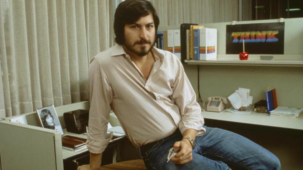 IKONISK BILDE: Dette udaterte, men ikoniske bilde av Steve Jobs, viser gründeren på vei mot suksess. Foto: Tony Korody/Sygma/Corbis/NTB Scanpix