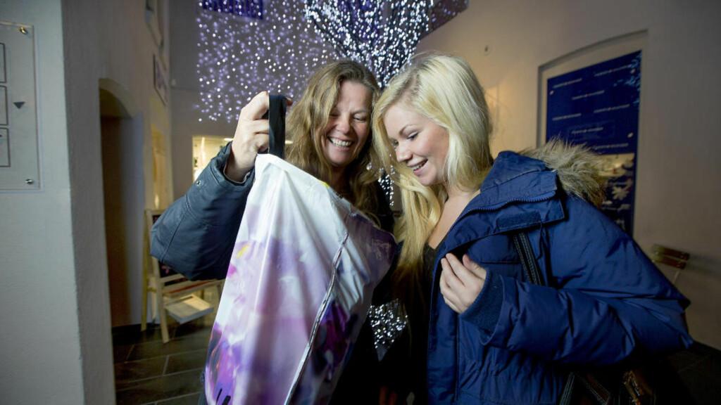 FØRJULSSTEMNING: Lise Karlsen (49) og datteren Marie Larsen (16) har startet julehandelen. Dagbladet møtte dem på en shoppingrunde på kjøpesenteret Eger Karl Johan i Oslo sentrum. Foto: Bjørn Langsem / Dagbladet.