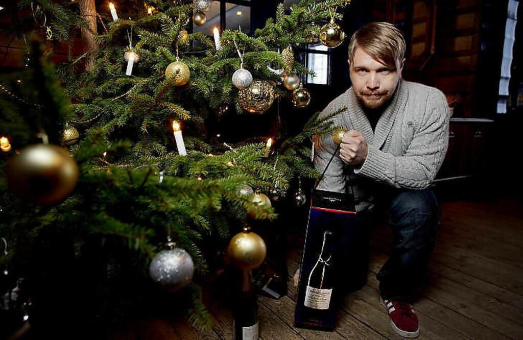 GAVMILD: Dagbladets vinanmelder Robert Lie har funnet fram viner som kan være perfekte som julegaver. Ligg unna vinkartongene, råder han. Foto: TORBJØRN GRØNNING