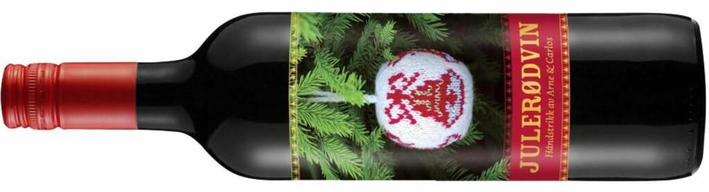TIL BESTEMOR: Arne og Carlos julerødvin kommer med julemotiv og strikkeoppskrift på baksiden.