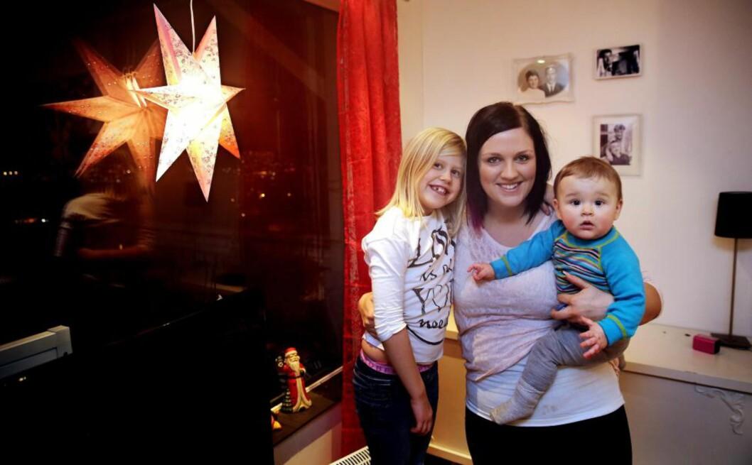 <strong>INVITERTE:</strong> Iris Olsen (27), og barna Lukas (10 måneder) og Ayla (8), har inviteret en ensom eldre person til å feire julaften hos dem. Responsen var ikke slik alenemammaen forventet. Foto: Yngve Olsen Sæbbe/Nordlys