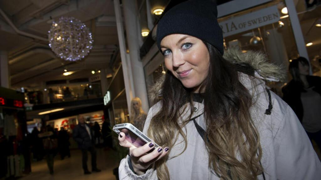 MOBILFEST:  Cathrine Andersen (29) sier at hun bruker mobilen hele dagen, til sms, ringing, instagram, Facebook og e-post. Hun er en av dem som beholder mobilen i veska ved matbordet, men har den med i senga. - Av og til føler jeg at jeg tukler altfor mye med mobilen, men jeg har ikke laget noen begrensinger på det.  Jeg er stylist så jeg blir inspirert av å se andres bilder, og jeg liker å holde meg oppdatert gjennom mobilen. Foto: Øistein Norum Monsen / DAGBLADET