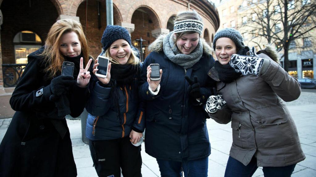 I SENGA:  Liv Ingeborg Østebrød (21) (f.v.), Mathilde Jerivervi (21), Kristine Tollheim (21) og Brit Hådne (20) har alle med mobilen i senga. Mens Mathilde og Kristine bruker mobilen til Facebook, nyheter, skolearbeid gjennom fronter og for å laste ned skoleoppgaver, bruker Liv og Brit bruker mobilen i hovedsak til sms og ringing. Jentene forteller at de som regel har mobilen på seg hele dagen, og anslår at de sjekker mobilen en gang i timen. - Av og til, når jeg har vært på Facebook for mye føler jeg at jeg blir asosial, sier Kristine. Foto: Øistein Norum Monsen / DAGBLADET