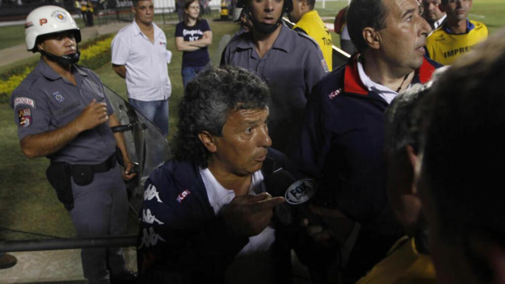 SJOKKERT: Tigre-trener Nestor Gorosito hevdet overfor journalister at det ble trukket pistoler mot spillerne hans. Foto: REUTERS/Paulo Whitaker