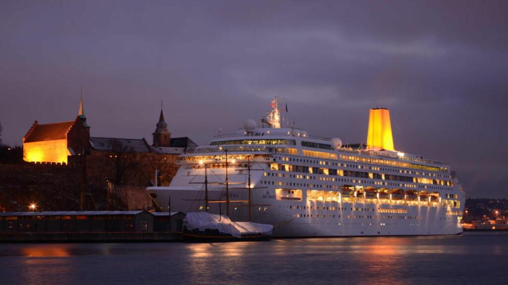 JULECRUISE:  Her ligger skipet til kai i Oslo. Ombord på P&O Oriana kan flere hundre passasjerer ha fått et svært smittsomt magevirus. Foto: Kjell Andersen