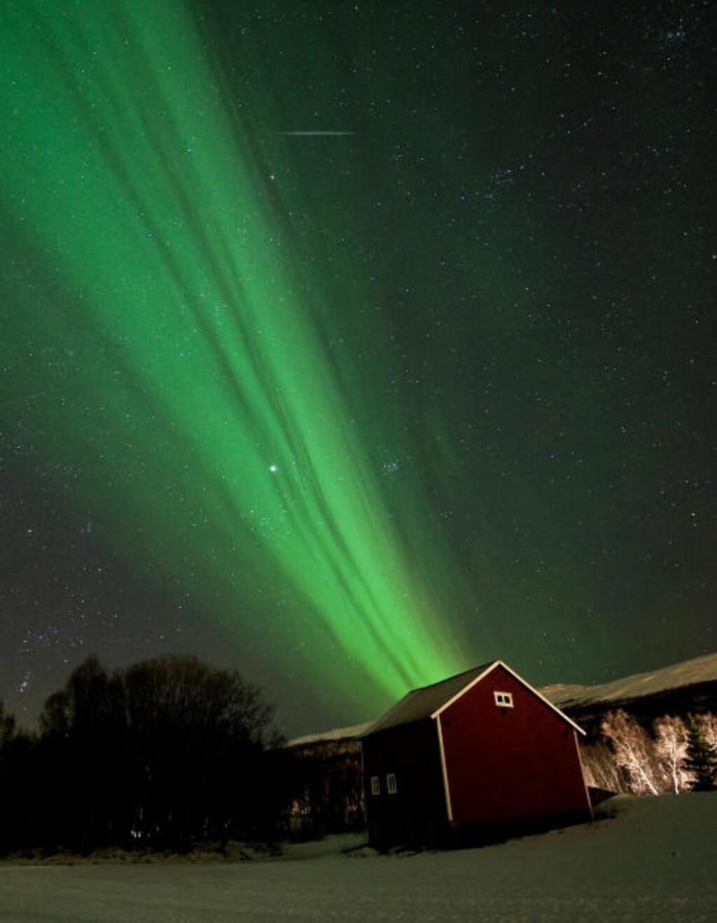 STJERNEKLART: Over huset kan du også se Jupiter, som er uvanlig lyssterk i disse dager. Foto: Fredrik Broms