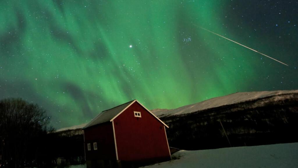 NORDLYS OG STJERNESKUDD: Dette bildet ble tatt på Kvaløya utenfor Tromsø klokka 04.00 natt til i dag. På grunn av meteorsvermen Geminidene er det store sjanser for å se stjerneskudd i kveld og i natt. Foto: Fredrik Broms