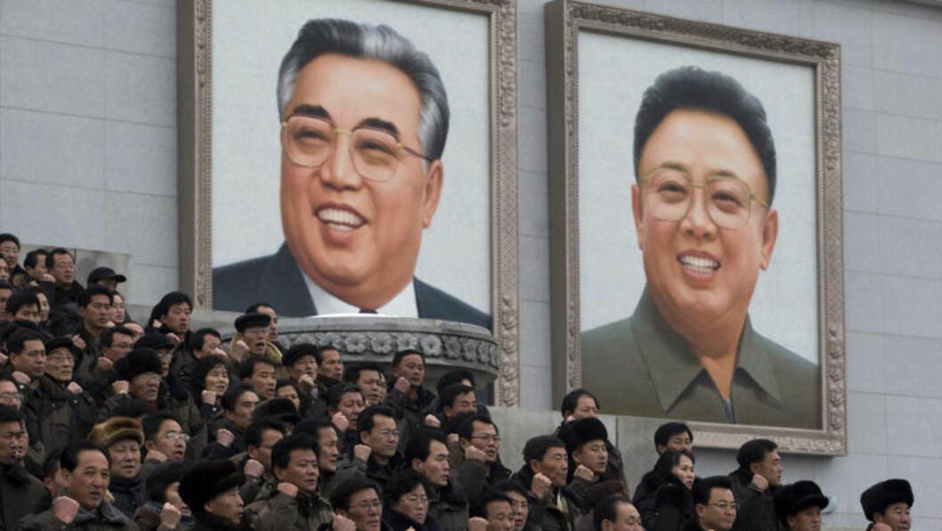<strong> LEDERE:</strong>  Gigantiske portretter av de tidligere lederne Kim Jong-il og Kim Il-sung henger på Kim Il-sung-plassen i Pyongyang. Foto: NTBSCANPIX/AP Photo/Ng Han Guan