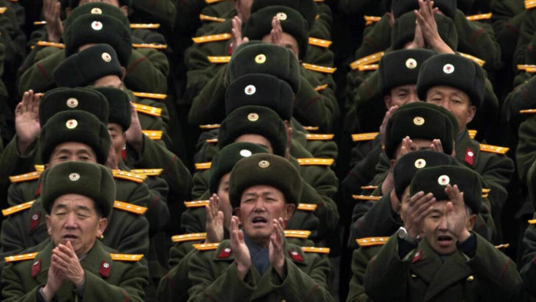 <strong> SUKSESS:</strong>  Fredag ble det organisert en massemønstring på Kim Il-sung-plassen i Pyongyang for å feire rakettoppskytingens suksess. Foto: NTBSCANPIX/AP Photo/Ng Han Guan