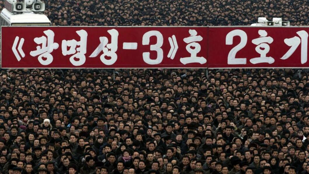 <strong> FEIRET:</strong>  Fredag ble det organisert en massemønstring på Kim Il-sung-plassen i Pyongyang for å feire rakettoppskytingens suksess. Foto: AP Photo/Ng Han Guan