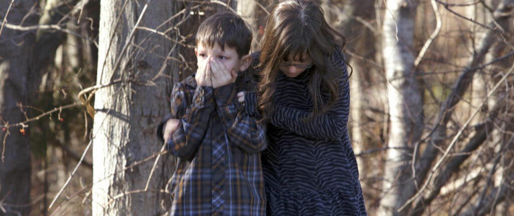 DRAMATISK: Her står sjokkerte barn ved Sandy Hook barneskole i Newtown i Connecticut. Foto: Reuters/Michelle McLoughlin/NTB Scanpix