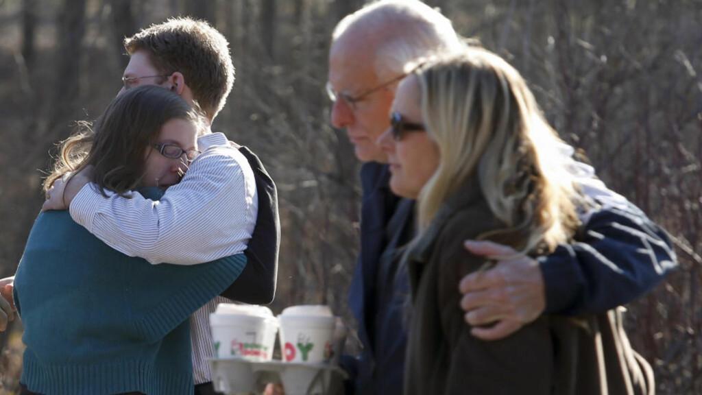 PÅRØRENDE:  Pårørende og foreldre til de overlevende samlet seg ved skolen i Newtown i dag. Foto:  REUTERS/Adrees Latif/NTB scanpix