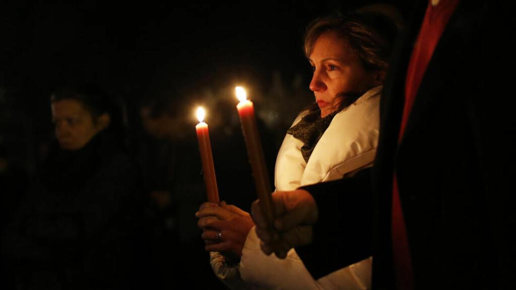 I SORG: Innbyggerne i Newtown samlet seg i sorgen.  REUTERS/Shannon Stapleton (UNITED STATES - Tags: CRIME LAW EDUCATION)