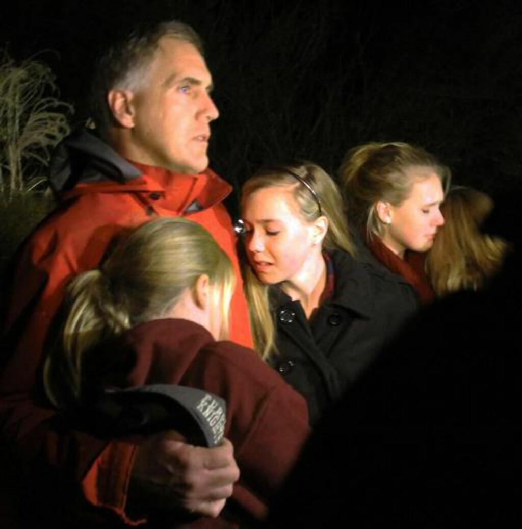 EMOSJONELT: En far omfavner sine barn under en minnestund i en kirke i Newtown etter massakren. Foto: AP Photo/The Journal News, Frank Becerra Jr./NTB Scanpix