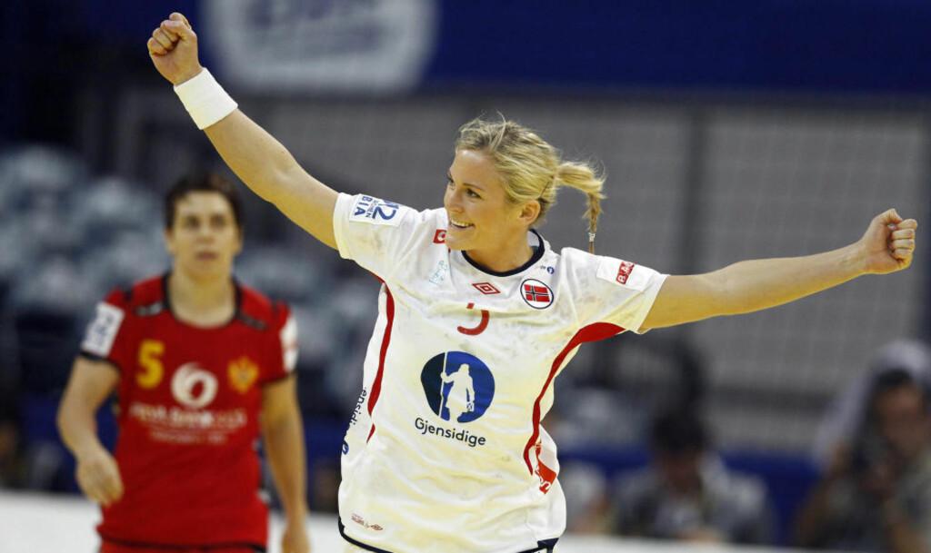 REDDET EKSTRAOMGANGER: Ida Alstad satte inn 24-24 for Norge med ni sekunder igjen på kampklokka. Foto: MARKO DJURICA / REUTERS / NTB SCANPIX