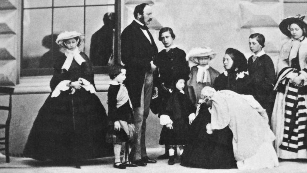 <strong>FAMILIEN SAMLET:</strong> På dette fotografiet datert 26. mai 1857 er Albert og Victoria omgitt av de ni barna Alice (t.v), Arthur, prinsen av Wales (seinere Edward VII), Leopold, Louise, Beatrice, Alfred, Victoria og  Helena. Foto: Wikipedia / The Royal Collection