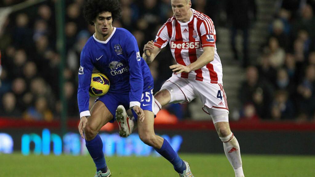 STRAFFES AV FA: Marouane Fellaini (t.v.) skallet til Robert Huths lagkamerat Ryan Shawcross uten at dommren så det på lørdag. I dag ble Everton-spilleren idømt tre kampers karantene av FA. Foto: DAVE THOMPSON, AP / PA / NTB SCANPIX