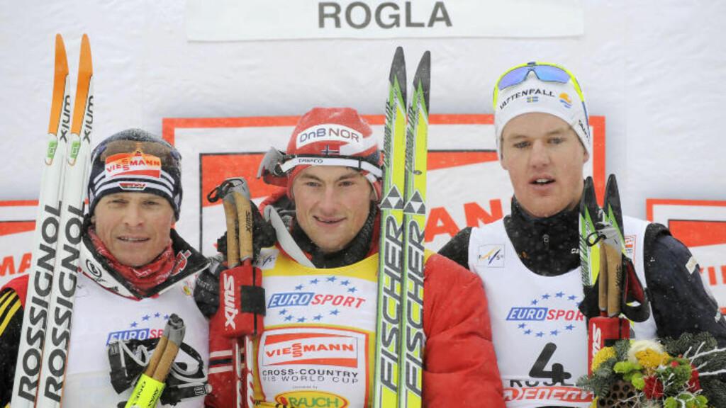 SPRINT-TALENT: Jesper Modin (t.h.) på pallen med Petter Northug og Tobias Angerer. Dette bildet er fra Rogla i desember 2009. Foto:  REUTERS/Bor Slana