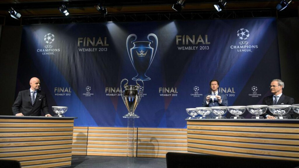 USANNSYNLIG TREKNING: UEFAs generalsekretær Gianni Infantino, Champions League-finaleambassadør Steve McManaman og UEFAs konkurransedirektør Giorgio Marchetti ledet trekningen av åttendelsfinalene i Champions League i dag. Utrolig nok fikk trekningen samme utfall som generalprøven dagen i forveien. Foto:  AFP PHOTO / FABRICE COFFRINI