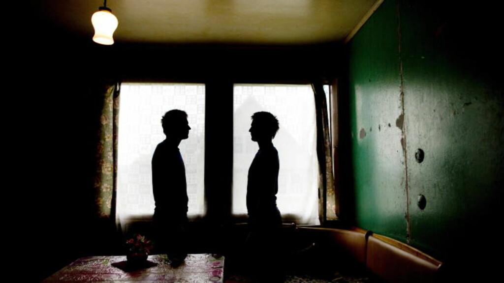 TVILLINGSLAVENE: Det er ikke bare kvinner som blir utsatt for menneskehandel. I september fortalte Dagbladet historien om de 18 år gamle tvillingene «Aleksander» og «Feliks», som ble lovet en lys framtid. De endte med å bli låst inne, slått og sultet. Foto: TOMM W. CHRISTIANSEN/DAGBLADET