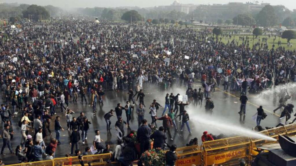 KREVER DØDSSTRAFF: Demonstrantene krever strengest mulig straff for de som gruppevoldtok ei 23 år gammel kvinne på en buss i New Delhi søndag. Her demonstrerer tusenvis av studenter utenfor presidentpalasset i hovedstaden. Foto: AP / Tsering Topgyal / NTB scanpix
