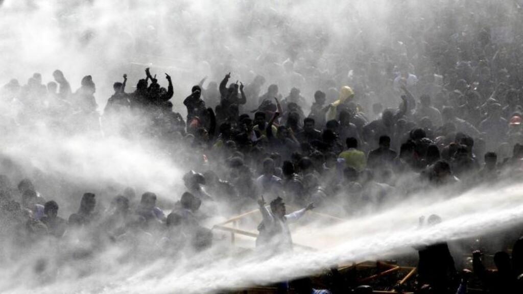 VANNKANONER: Politiet brukte vann for å kjøle ned demonstrantene. Foto:  EPA / ANINDITO MUKHERJEE / NTB scanpix