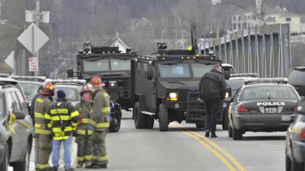 SWAT TEAM:  Et Swat team ble sendt til åstedet for brannen og drapene i Webster, 55 mil fra New York i dag. Ifølge politiet er gjerningsmannen tidligere dømt for drapet på sine bestemor. Foto: AP Photo / Messenger Post Media, Seth Binnix / NTB Scanpix