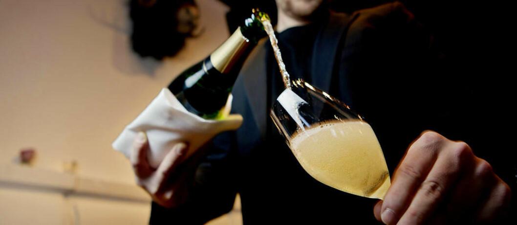 NYTTÅRSSALUTT: Champagne er en utmerket kompanjong til god mat. Det er derfor en god idé å drikke den gode flaska du har spart på til nyttårsmenyen, og ikke idet klokka slår tolv, råder Robert Lie. Foto: TORBJØRN K. GRØNNING