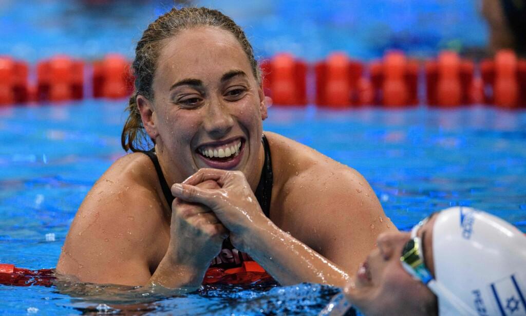 I GULLHUMØR: Sarah Louise Rung sankker med Inbal Pezaro etter hun sikret gullet på 200 meter medley under Paralympics. Foto: NTB Scanpix