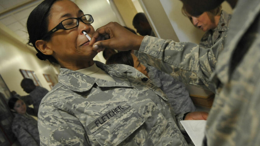 <strong>KONTROVERSIELT:</strong> Denne soldaten får en dose anti-selvmord i form av en nesespray. Foto: U.S. Airforce