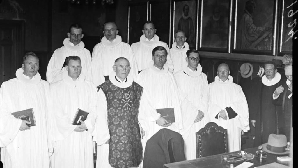 Hans Fredrik Dahl skriver både om sitt forhold til nazismen og om å konvertere til den katolske tro i sin selvbiografi. De alvorstyngede prestene på bildet er derimot protestanter, ordinert som erstatningsprester av biskop Frøyland på oppdrag av Quislings regime i 1942. Foto: NTB/scanpix