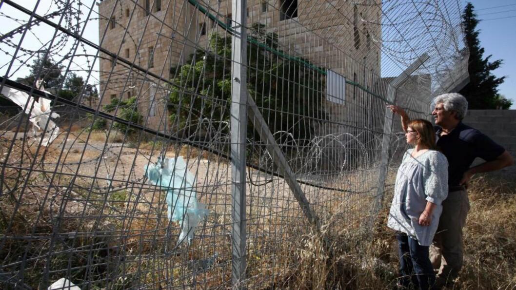 Cliff Hotel i utkanten av Jerusalem er stridens eple mellom en palestinsk-norsk familie og sraelske myndigheter. Her er hoteelets eier Ali Abdul Hadi Ayad fotografert sammen med sin norske kone Signe Marie Breivik utenfor hotellet sitt, som de ikke har adgang til. Foto - Inbal Rose/Dagbladet