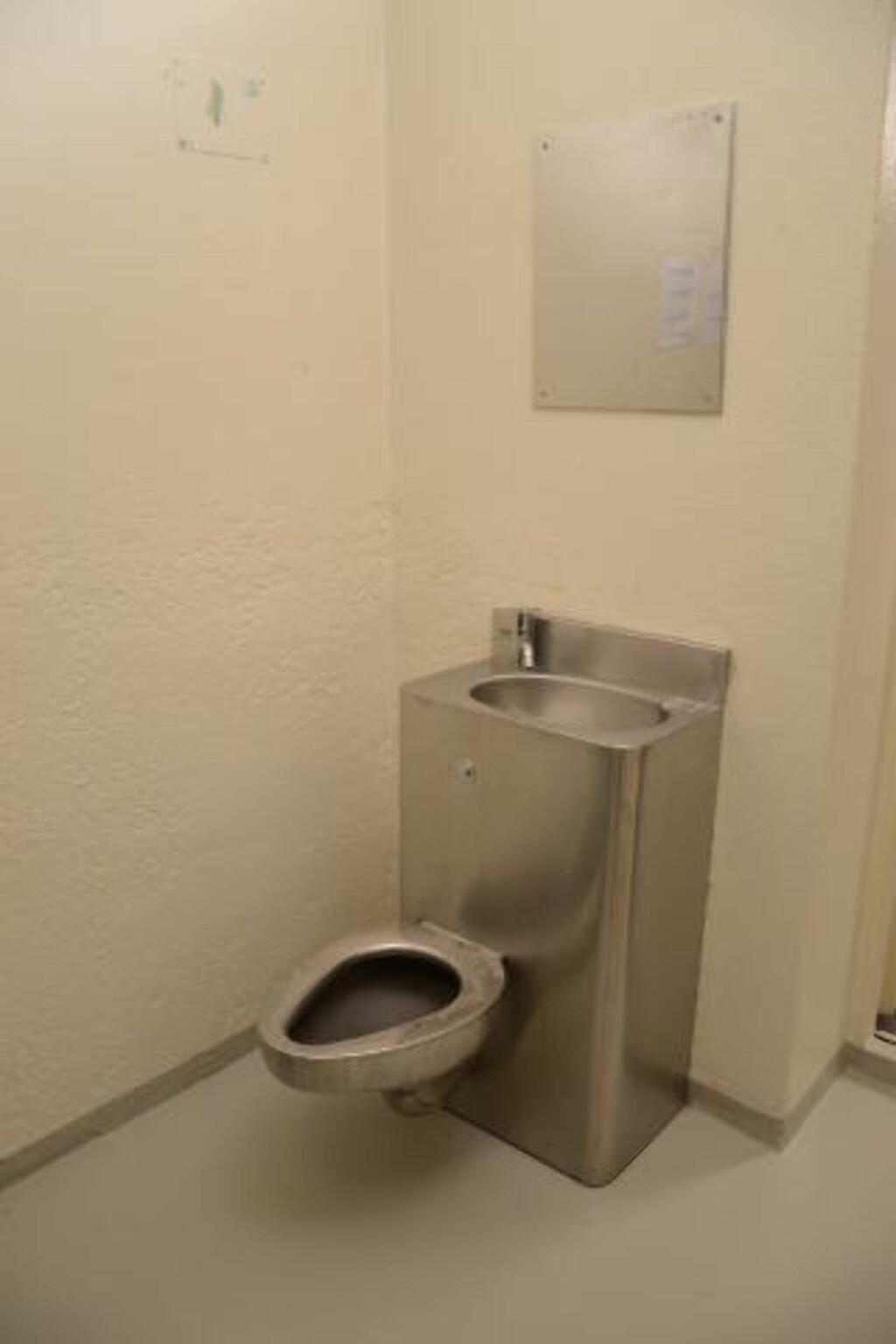 TOALETT: Toalettet Breivik har til disposisjon i fengselet er laget slik at det ikke har løse deler som kan benyttes som våpen eller til selvskading. Foto: Ila fengsel og forvaringsanstalt/Glefs AS