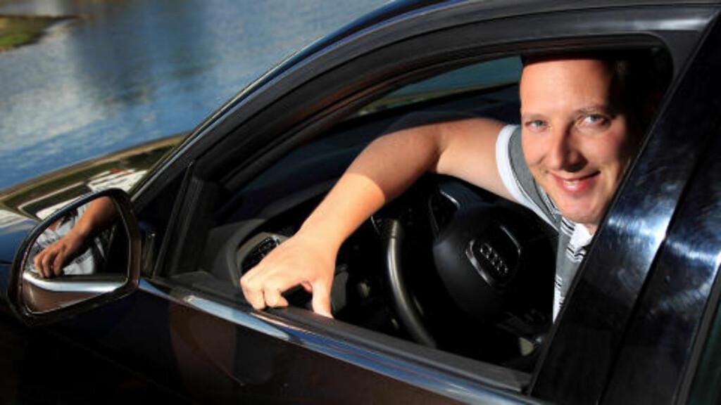 FORNØYD: Bjørn Badowski fikk hjelp til å hente drømmebilen i Tyskland. - Det var en ryddig prosess, selv om litt av den økonomiske gevinsten gikk bort i tryggheten ved å kjøpe av forhandler, sier han.