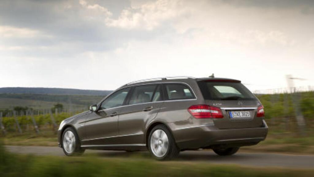 MERCEDES E-KLASSE: 2011 modell med 170 hk dieselmotor og 50 000 på telleren koster rundt 400 000 i Tyskland, hjemme begynner prisene på 500 000.