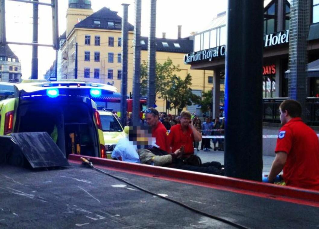 <strong>TIL SYKEHUS:</strong> Mannen som falt ned i sjakta, ble fraktet til sykehus i ambulanse. Foto: HARALD S. KLUNGTVEIT / DAGBLADET